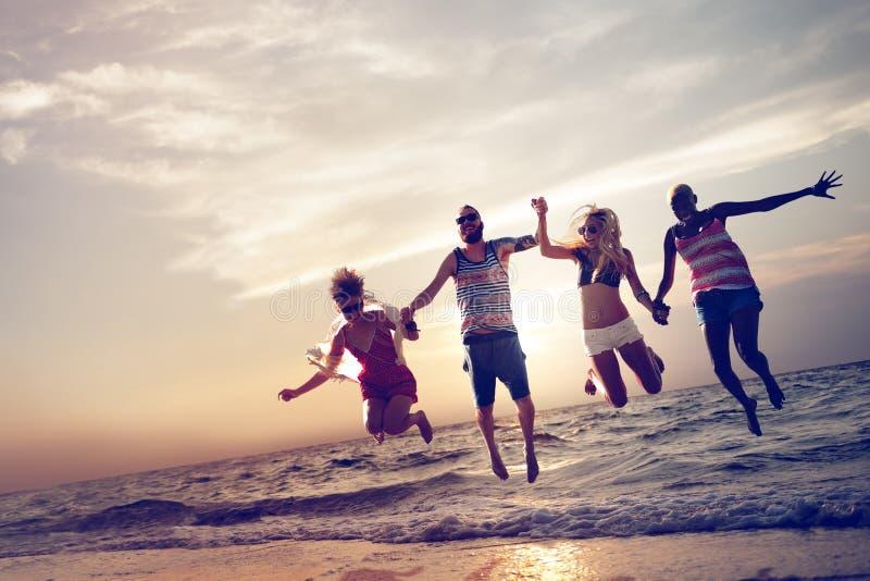 不同的海滩夏天朋友乐趣跳投概念 免版税图库摄影