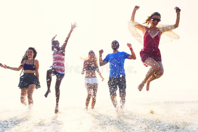不同的海滩夏天朋友乐趣连续概念 免版税库存图片