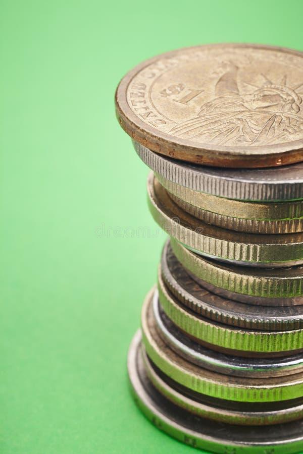 不同的种类在绿色背景的硬币 宏观细节 图库摄影