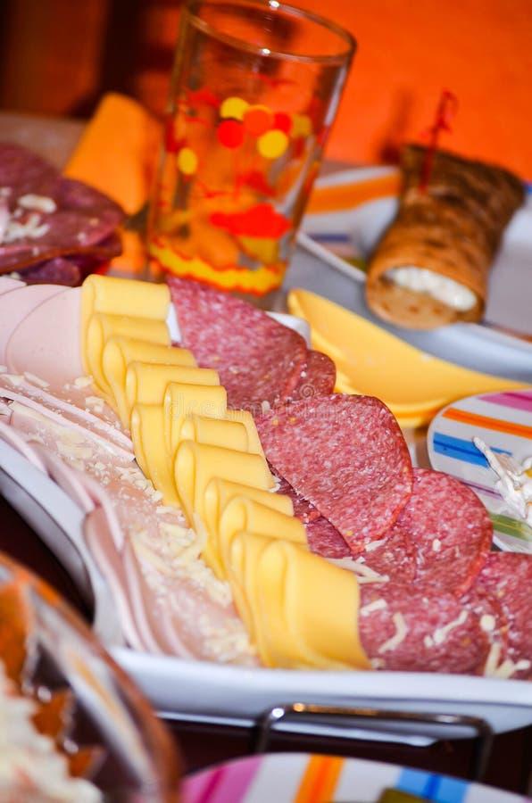 从不同的种类的手抓食物火腿和乳酪安排了准备好为党服务 免版税库存照片