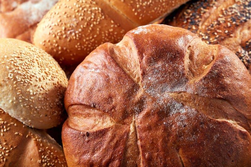 不同的种类面包和小圆面包在船上从上面 厨房或面包店海报设计 特写镜头 图库摄影