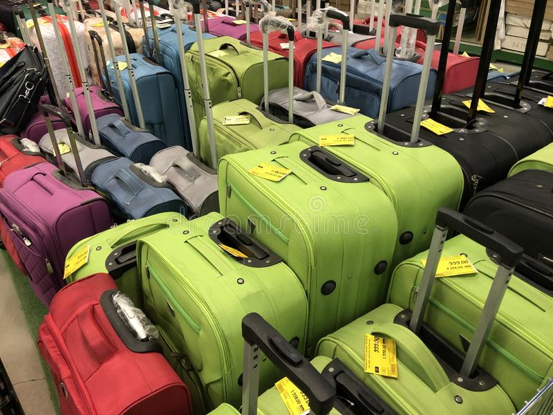 不同的色的手提箱的巨大的选择旅行的在商店 库存图片