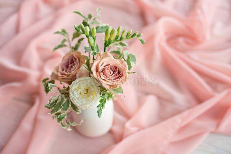 不同的花壮观的花束是在圆形的一个白色陶瓷花瓶的植物布置 r 库存图片