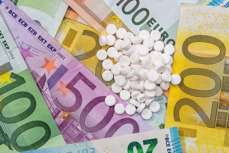不同的药片和药物在欧洲票据 免版税库存图片