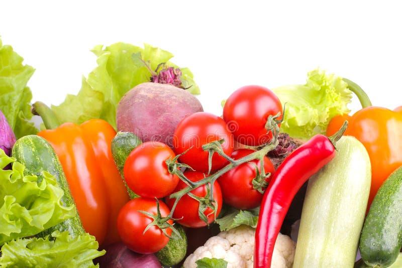 不同的菜包括甜菜、圆白菜、夏南瓜、红萝卜、蕃茄、胡椒和黄瓜在白色背景 查出 免版税库存照片