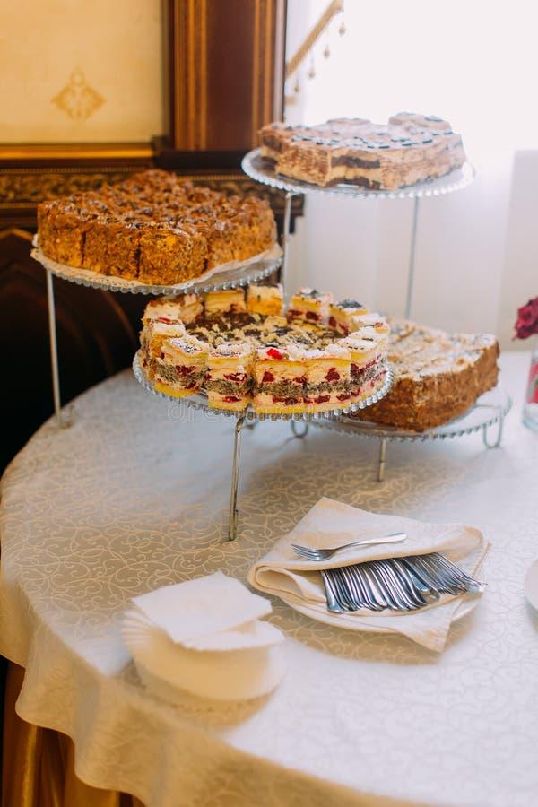 不同的蛋糕的垂直的看法在desset的站立 免版税库存图片