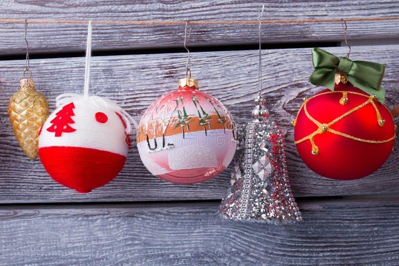 不同的颜色和形状美丽的圣诞节球  免版税图库摄影