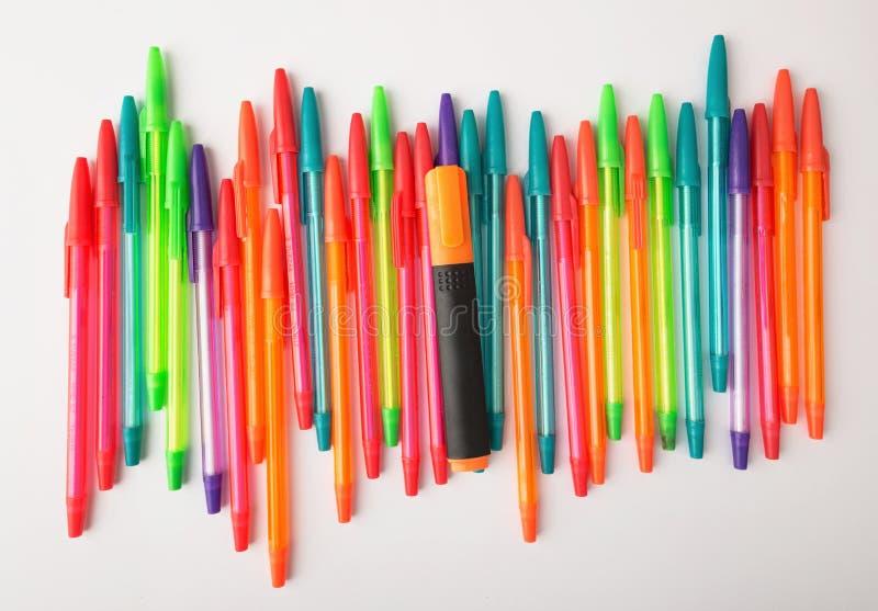 不同的颜色圆珠笔在白色背景的 免版税库存图片