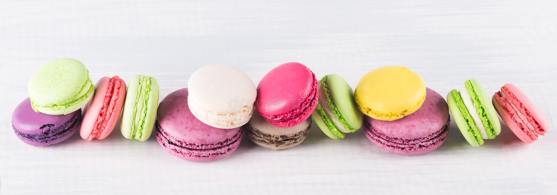 不同的颜色曲奇饼通心面在长的行在 免版税图库摄影