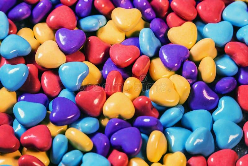 不同的颜色耐咀嚼的糖果以心脏的形式 免版税图库摄影
