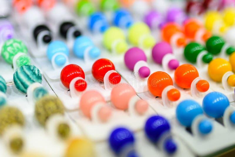 不同的颜色耳环和每口味的 免版税库存图片