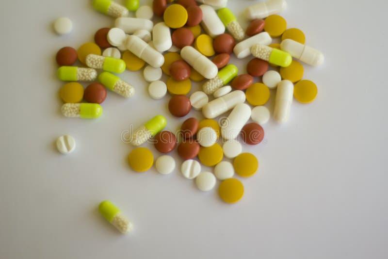 不同的颜色药片从上面 免版税图库摄影