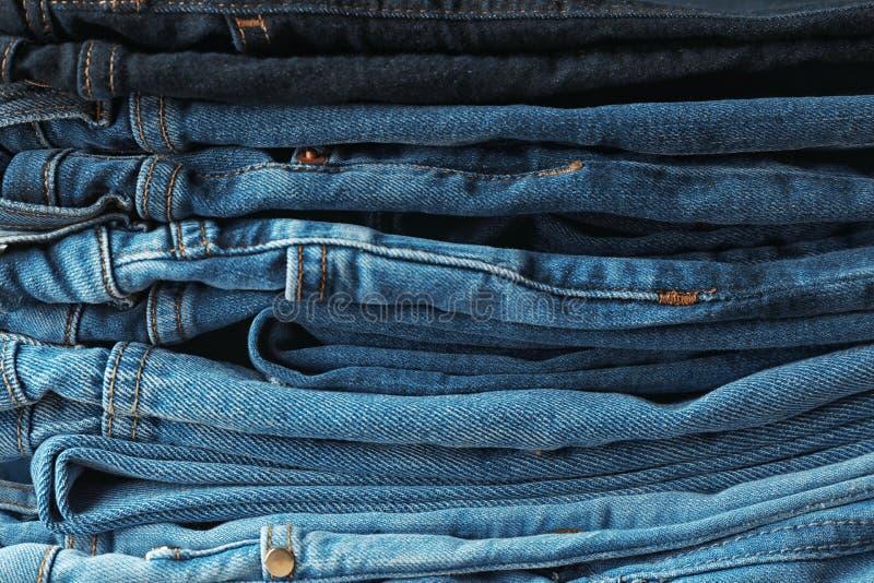 不同的颜色被堆积的牛仔裤  免版税库存照片