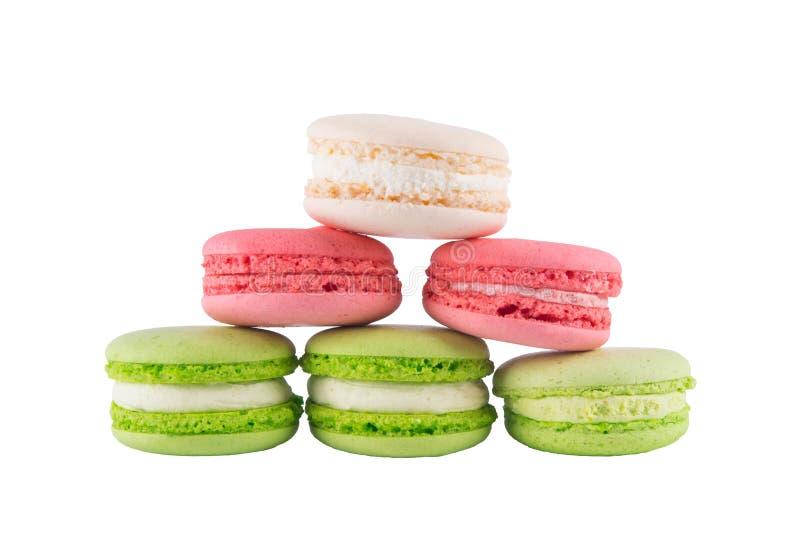 不同的颜色6个macaron曲奇饼,在白色背景 免版税库存照片