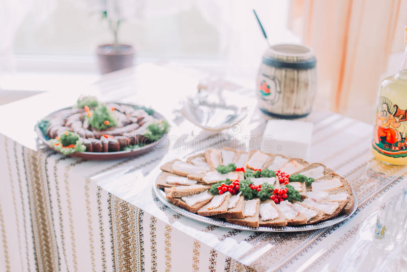 Download 不同的鲜美快餐表,服务在传统东部斯拉夫的rurral样式,特写镜头有被弄脏的背景 库存图片 - 图片 包括有 面团, 新鲜: 72371407