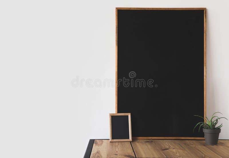 不同的黑板和盆的植物在木桌上在白色 库存照片