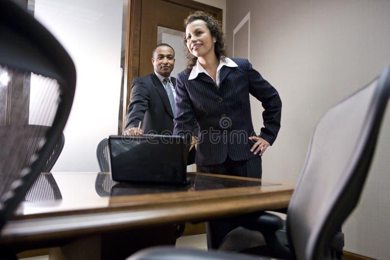 不同种族会议室的董事 免版税库存照片