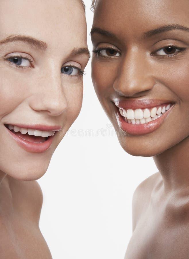 不同种族少妇微笑 免版税库存照片