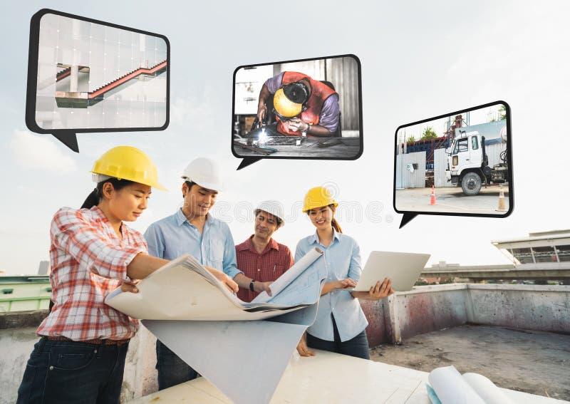 不同种族的不同的小组建筑发展规划在建筑工地,在战略计划的工作的伙伴会议 免版税库存照片