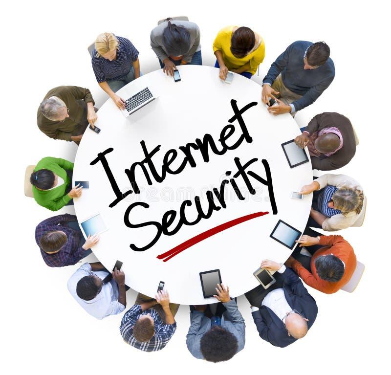 不同种族的人和互联网安全概念 库存照片