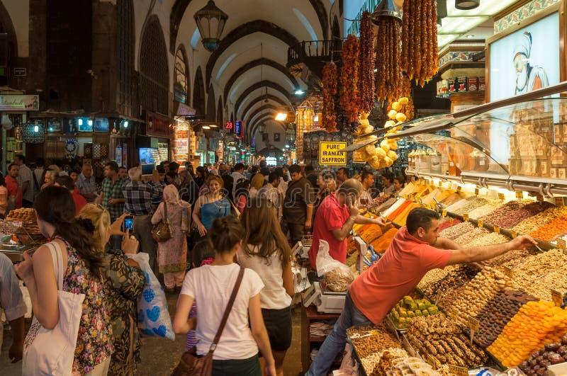 不同种族的人购物人群在大巴扎市场上在伊斯坦布尔 免版税库存图片