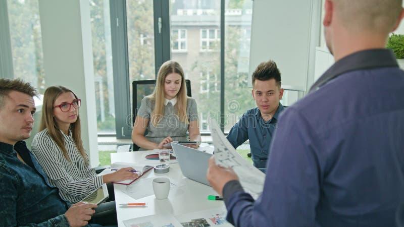 不同种族的企业队会议 库存图片
