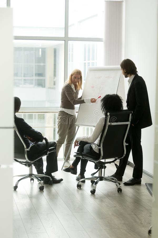不同种族的商务伙伴谈论新的想法在会议室 免版税库存照片