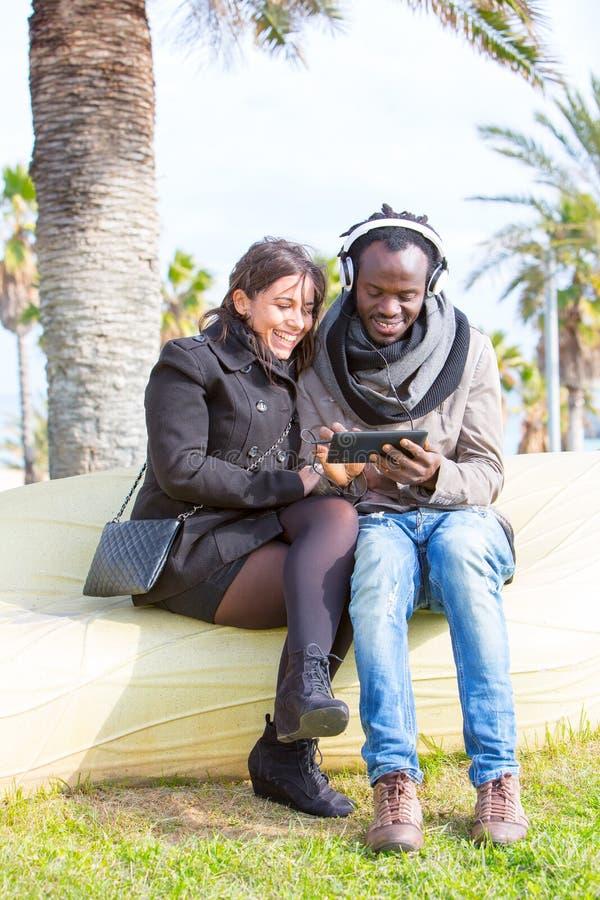 不同种族的夫妇在公园 免版税库存图片