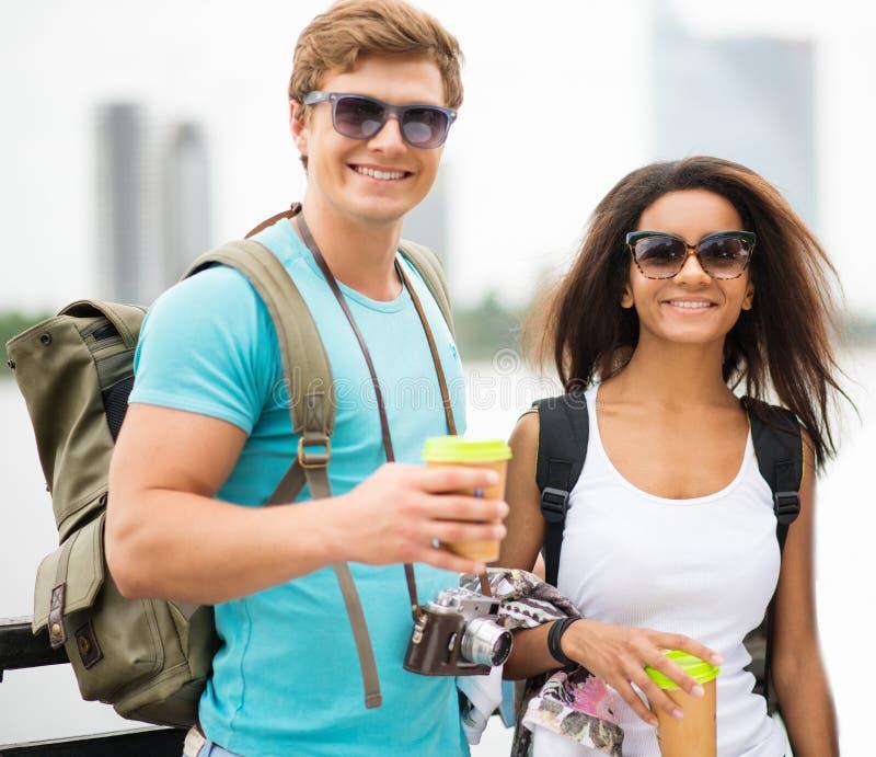 不同种族的夫妇游人在城市 免版税库存照片