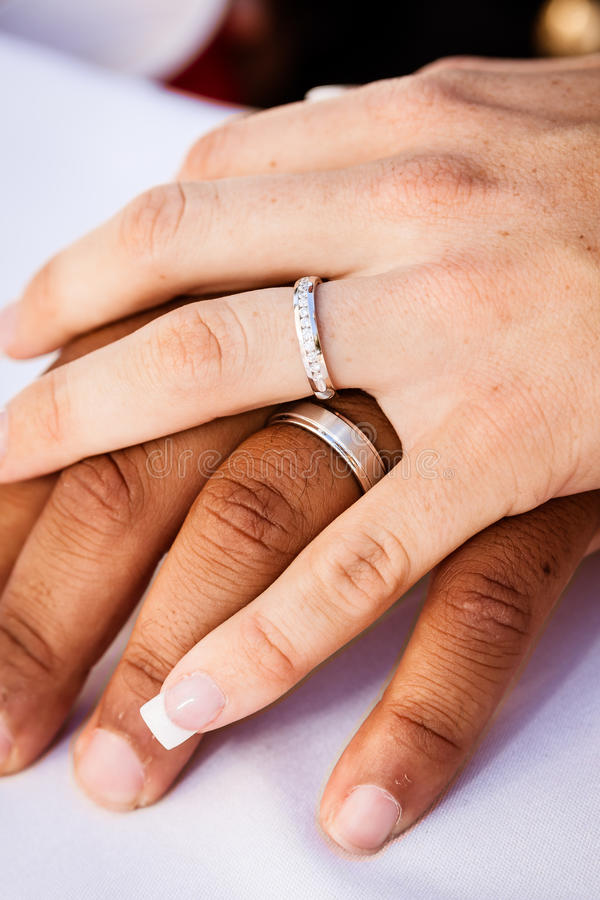 不同种族的婚姻手 免版税库存照片