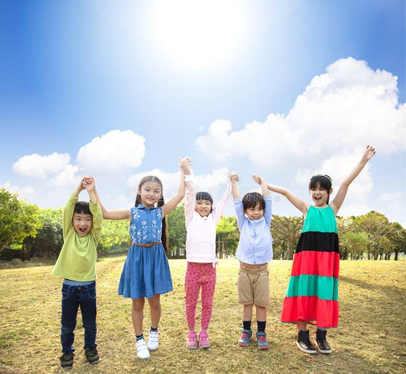 不同种族的小组小学生在公园 库存图片