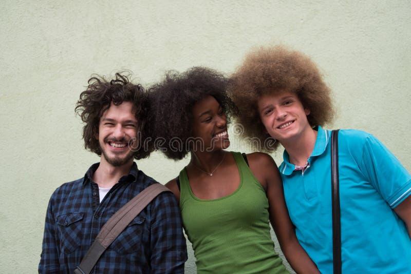 不同种族的小组愉快的三个朋友 库存图片