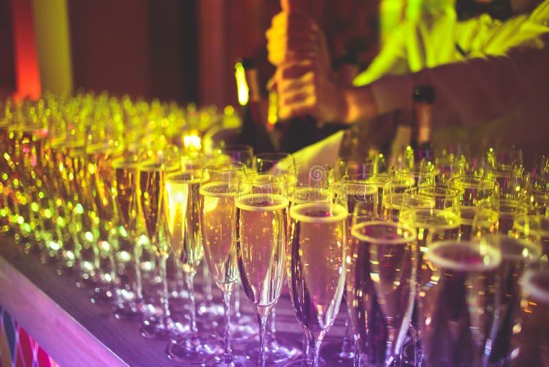 不同色的酒精鸡尾酒、龙舌兰酒、马蒂尼鸡尾酒,伏特加酒和其他的美好的线在装饰的承办的宴会桌上 免版税库存图片