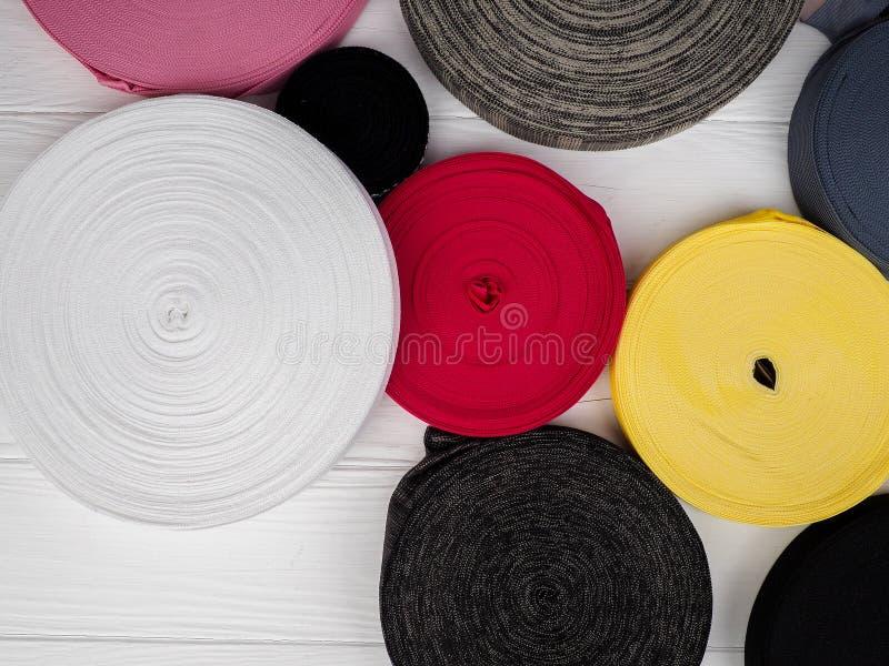 不同颜色丝带在卷的,纺织工业的,衣物制造业许多多彩多姿的卷 库存图片