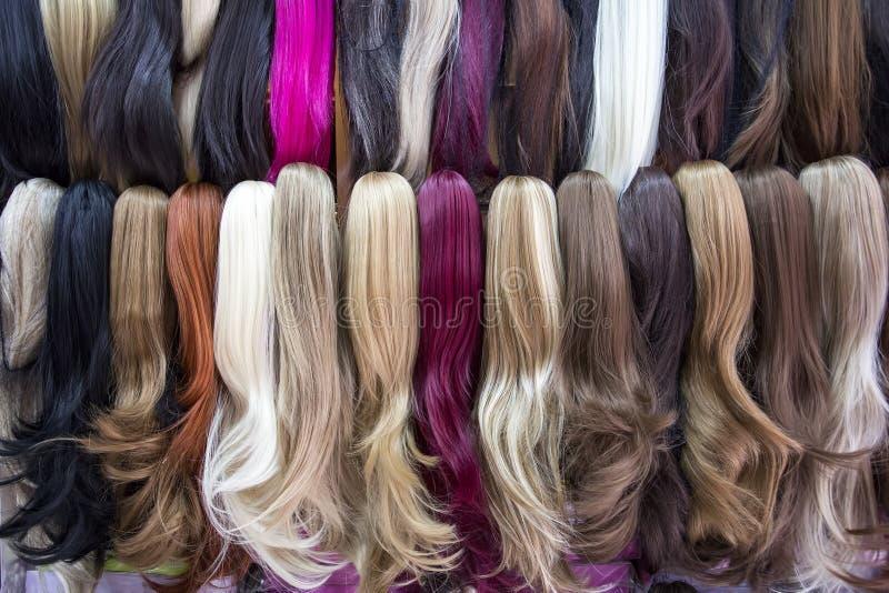 不同颜色人发引伸在假发商店 免版税图库摄影