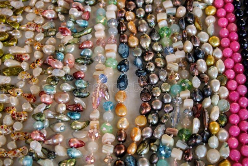 不同颜色宝石项链  免版税库存照片