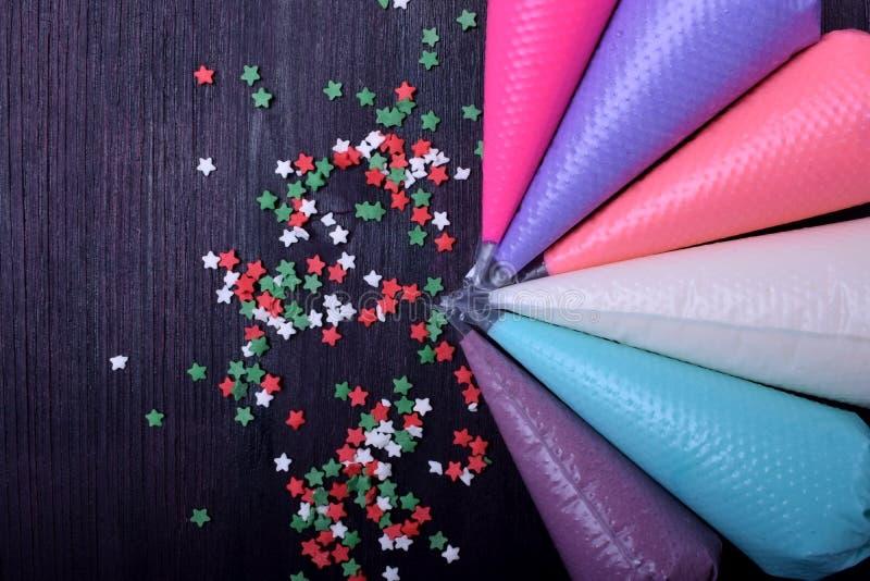 不同颜色糖结冰在酥皮点心袋子和糖果店的洒 图库摄影