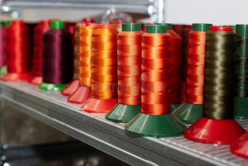 不同,五颜六色的缝合针线,皮革零件的,安排在架子,用于鞋子的生产,提包 图库摄影