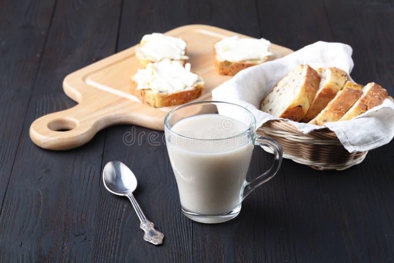 不含乳制品的素食主义者燕麦牛奶用莓果,健康饮食 免版税库存照片