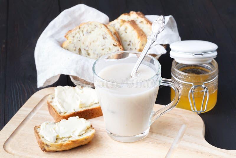 不含乳制品的素食主义者燕麦牛奶用莓果,健康饮食 图库摄影