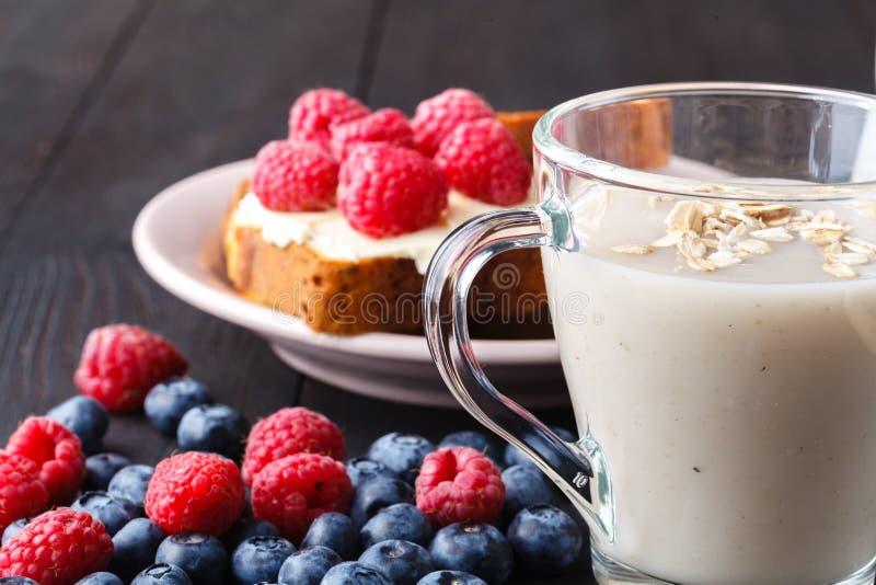 不含乳制品的素食主义者燕麦牛奶用莓果,健康饮食 免版税图库摄影