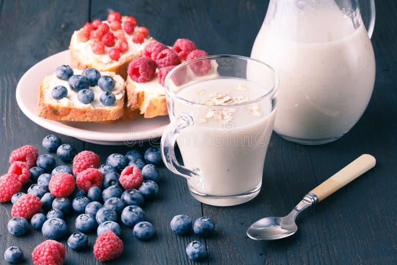 不含乳制品的素食主义者燕麦牛奶用莓果,健康饮食 库存照片