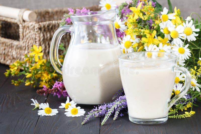 不含乳制品的素食主义者燕麦牛奶用莓果,健康饮食 免版税库存图片