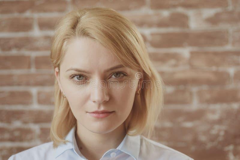 不她性感 有自然构成的俏丽的妇女 有性感的神色的肉欲的妇女 脸skincare和构成 beauvoir 库存图片