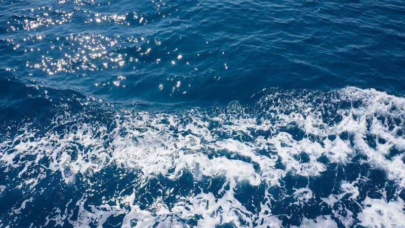 不安定的泡沫似的蓝色海水从上面 免版税库存图片