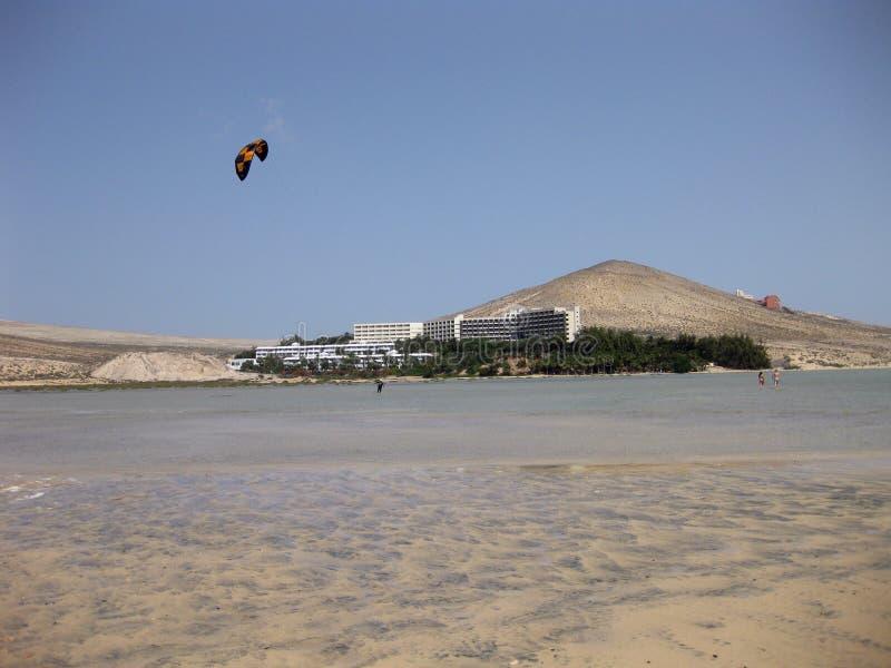 不尽的宽tideland在Gorriones盐水湖,Playa de Sotavento,科斯塔calma,费埃特文图拉岛,西班牙 库存图片