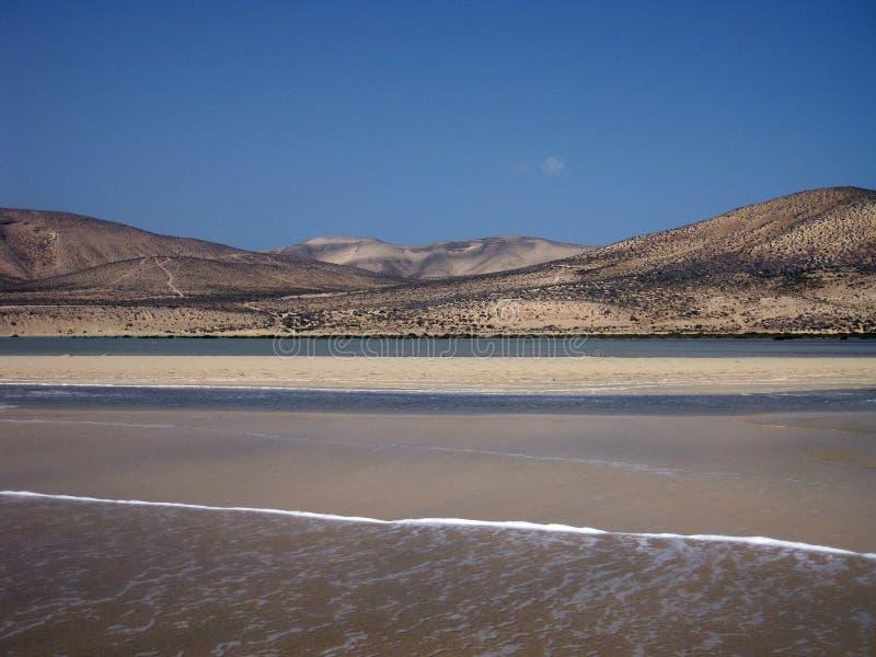 不尽的宽tideland在Gorriones盐水湖,Playa de Sotavento,科斯塔calma,费埃特文图拉岛,西班牙 免版税图库摄影