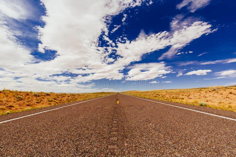 不尽的路,没有交通,高速公路24,艾麦里县,犹他,美国 免版税库存图片