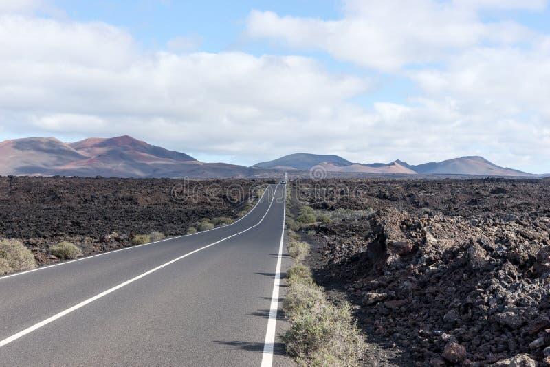 不尽的高速公路通过火山的风景 兰萨罗特岛 加那利群岛tenerife 免版税库存图片