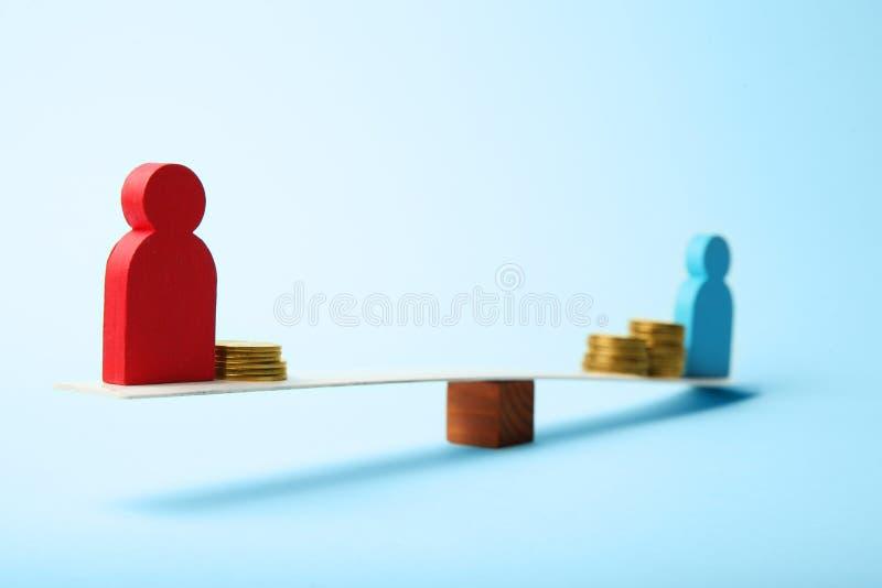 不平等人收入差距 在等级的金币 库存照片